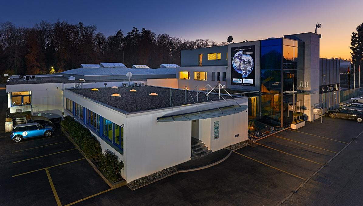 Wasserstrahlschneiden by night: Der Hauptsitz der Waterjet AG in Aarwangen. Waterjet cutting by night: The head office of Waterjet AG in Aarwangen. Découpe par jet d'eau by night : le siège de Waterjet AG est basé à Aarwangen